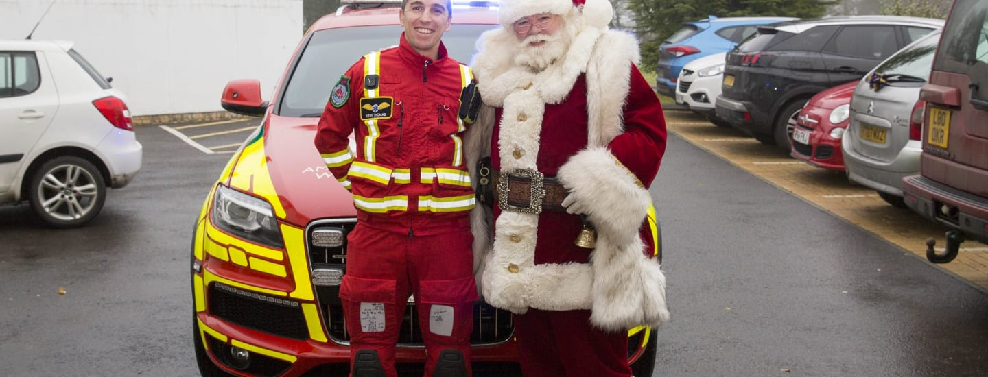 SANTA MAKES SURPRISE VISIT TO TŶ HAFAN WITH A LITTLE HELP FROM WALES AIR AMBULANCE